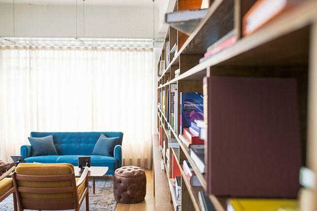 Akár egy könyvespolccal is el lehet rejteni a hideg falat
