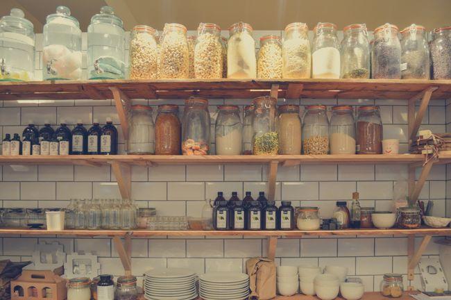 A polcokon számtalan konyhai eszközt tárolhatunk